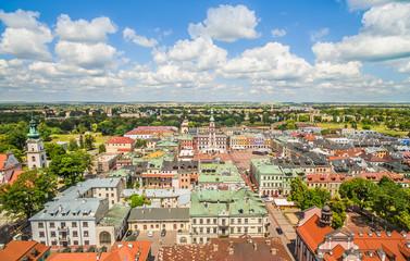 Zamość - stare miasto widok z powietrza. Krajobraz z lotu ptaka z widocznym rynkiem i ratuszem w Zamościu.