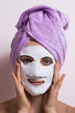 Mujer spa aplicando mascarilla tratamiento facial.