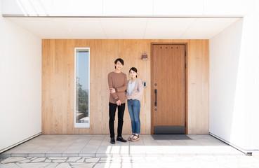 玄関のカップル