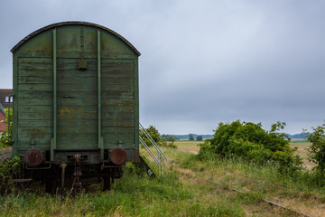 Alter Bahnwaggon auf einer Wiese