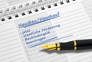 Notiz: Hausbau oder Hauskauf jetzt Baukindergeld beantragen Das Baukindergeld bekommen Familien mit mittleren Einkommen, die das erste Mal bauen oder ein Haus kaufen