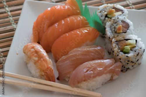 Sushi Cucina Giapponese Su Piatto Bianco Stock Photo And Royalty