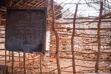 Escuela de adobe en áfrica con pizarra, en construcción tierra roja