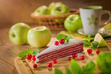 Кусок торта и яблоки Piece of cake and apples