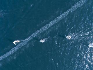 ヨットが直線に綺麗に並び海を走行している風景