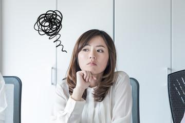 考え事をする女性
