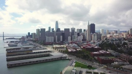 Fototapete - Aerial cityscape flythrough video of San Francisco skyline - Pullback Reveal Shot
