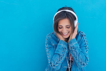 lachende frau hört musik mit kopfhörern