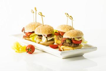 Mini Burger auf weissem Hintergrund, Freisteller