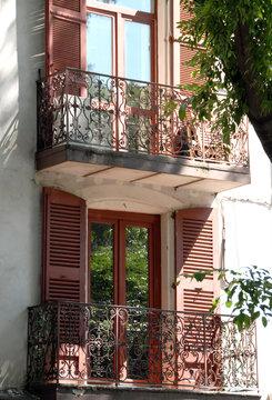 Vieux balcons en fer forgé, Ville de Nîmes, département du Gard, France