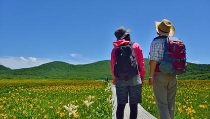 高原の花園を歩くカップル