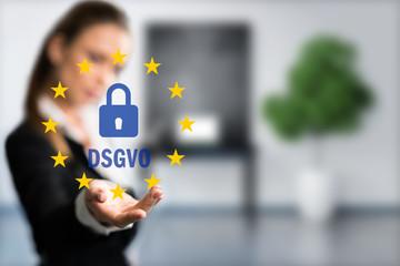 Geschäftsfrau präsentiert DSGVO vor Bürohintergrund