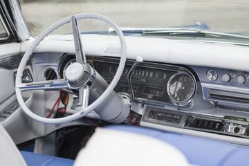 oldtimer cockpit mit weißem lenkrad und schaltknüppel