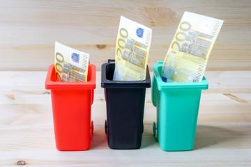 Geld in Mülltonne