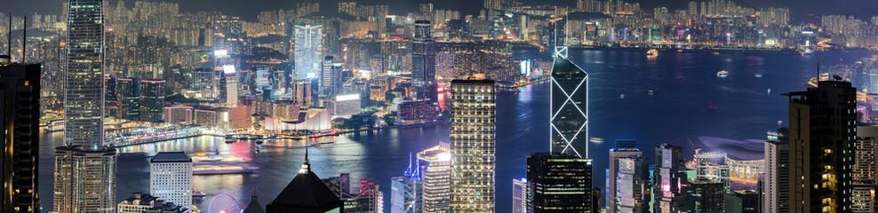 Blick auf die Skyline von Hong Kong, von Victoria Harbour bis nach Kowloon, bei Nacht