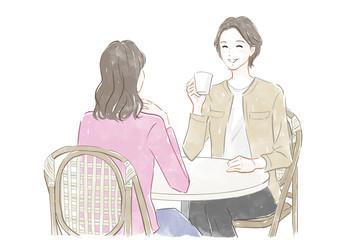 カフェで過ごす女性