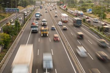 Tráfico en la autopista al amanecer