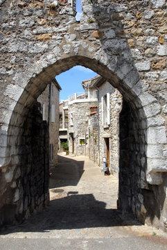 Ville de Ruoms, vieille ruelle, département de l'Ardèche, France