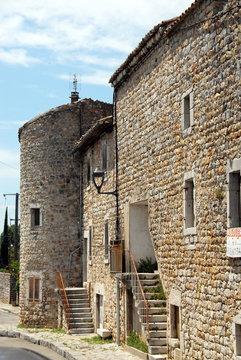 Ville de Ruoms, vieille maison en pierre et tourelle, département de Ardèche, France