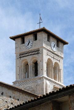 Ville de Ruoms, clocher de l'église Saint-Pierre-aux-Liens (XIIe siècle), département de l'Ardèche, France