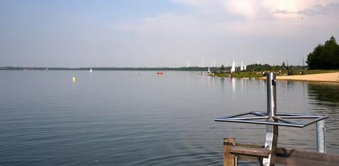 Blaue Lagune am Berzdorfer See vor blauem Sommerhimmel