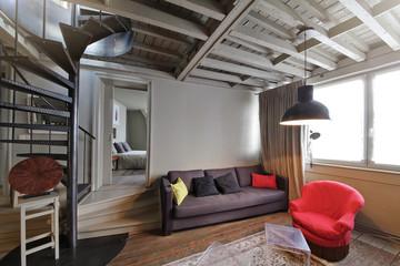 intérieur appartement avec escalier tournant central