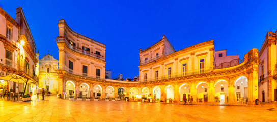 Martina Franca, Puglia, Italy: Night view of the Piazza Plebisci Fototapete