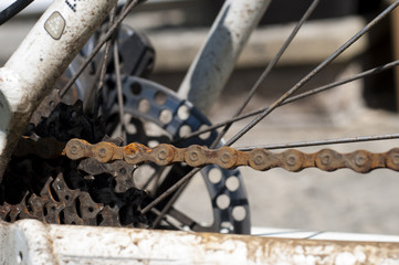 Close up shot of a rusty chain on a mountain bike
