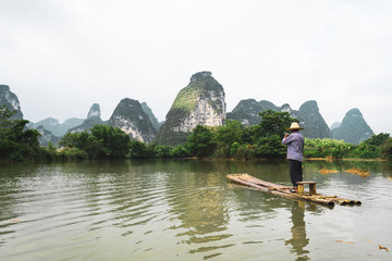 Chinese villager rafting on Quây Son river