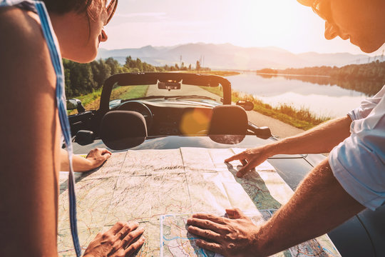Couple auto travelers plans itinerary