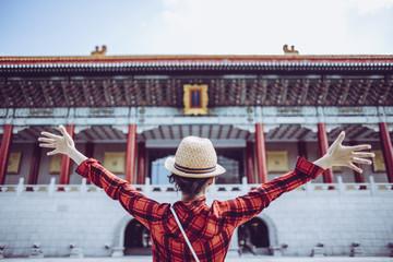 台北観光を楽しむ女性