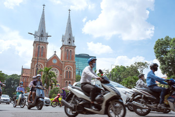 Zelfklevend Fotobehang Asia land Motorbikes and Notre-Dame Cathedral in Saigon, Vietnam ホーチミンを走るバイクとノートルダム大聖堂