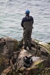 pêcheur sur les rochers en Normandie,