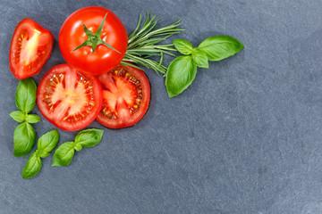Tomaten mit Basilikum Gemüse von oben Schieferplatte Textfreiraum Copyspace