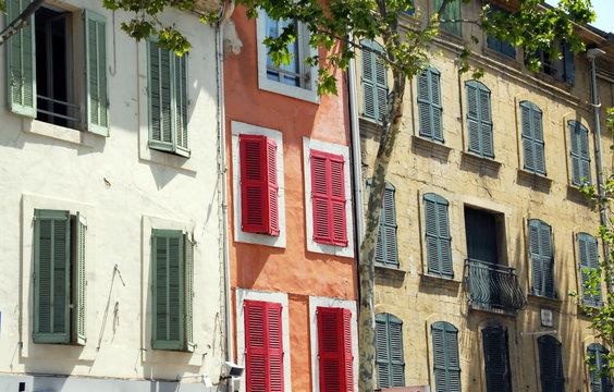 Façades colorées, volets rouges et verts, Ville de Salon de Provence, département des Bouches-du-Rhône, France