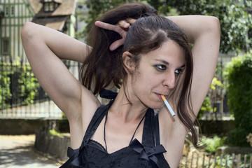 Femme à la cigarette se recoiffant