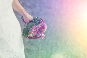 Braut hält bunten Blumenstrauß