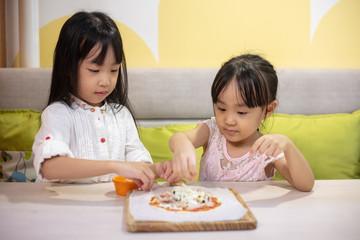 Asian Little Chinese Girls DIY mini pizza