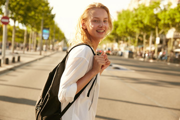 A girl crossing the road in Barcelona Fotomurales