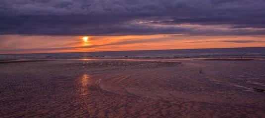 Papiers peints Aubergine coucher de soleil sur la plage et le sable et la mer
