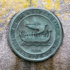 médaillon avec un drakkar à l'entrée du Port de Barfleur dans le Cotentin,Manche,Normandie