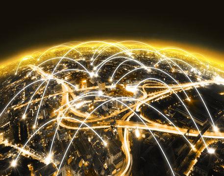 Paisaje urbano por la noche y concepto de internet. Diseño futuristico de trabajo en red y globalización. Internet de las cosas y tecnología de la comunicación