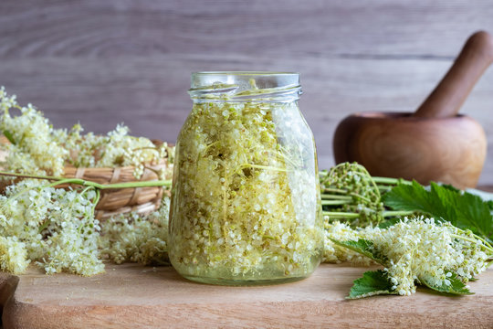 Preparation of tincture from meadowsweet blossoms and alcohol