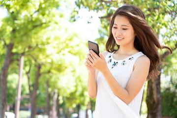 スマートフォンを使う女性 グリーンバック