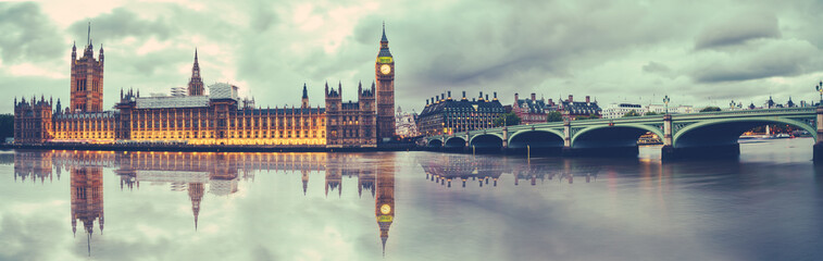 Photo sur Plexiglas Londres Panoramic view of Houses of Parliament, Big Ben and Westminster Bridge with reflection, London