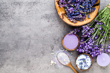 Keuken foto achterwand Lavendel Essential lavender salt with flowers top view.