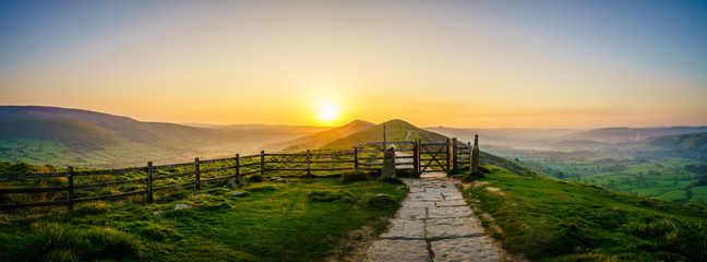 The Great Ridge at sunrise in the English Peak District Papier Peint