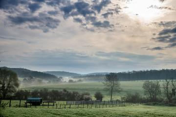 Paysage de campagne en Moselle à la lueur du matin avec la brume matinale