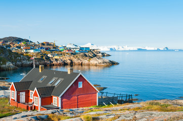 Ingelijste posters Poolcirkel Colorful houses on the shore of Atlantic ocean in Ilulissat, western Greenland