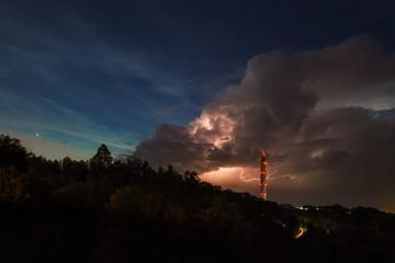 Thyssenkrupp Testturm bei Gewitter
